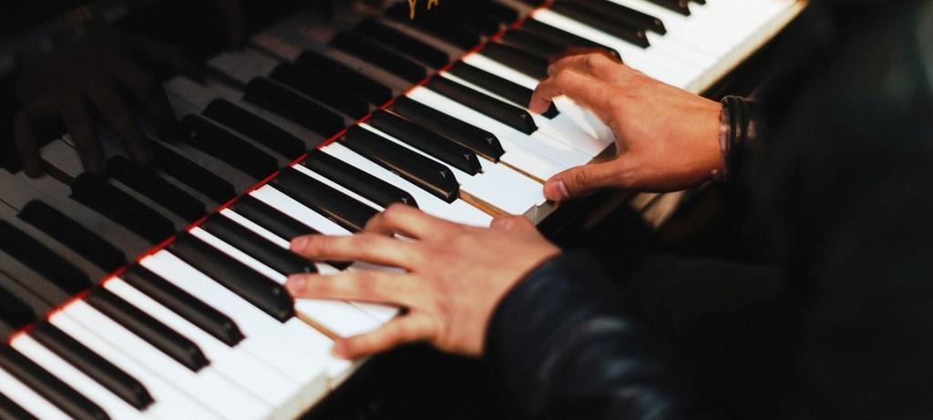 klavier spielen lernen mit youtube. Black Bedroom Furniture Sets. Home Design Ideas