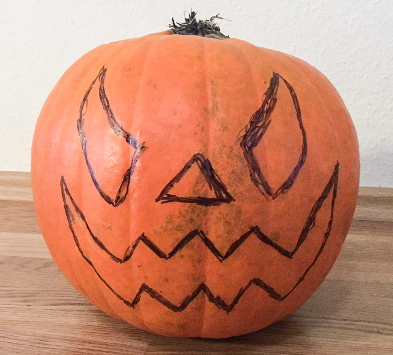 Halloween Kürbis Gesicht aufmalen