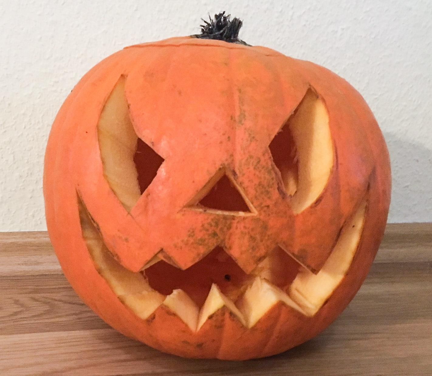 Halloween Kürbis Gesicht ausgeschnitten